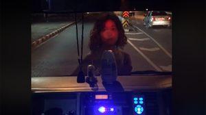 สุดหลอน! หญิงสาวปริศนายืนขวางรถกู้ภัย นิ่งไม่พูดจา ก่อนแล่บลิ้นใส่อย่างสยอง