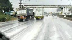 เตือนขับขี่ระวัง! ถนนหลวงชลบุรีเข้ากรุงเทพฯ  มีฟองขาวเต็มถนนหลังฝนตก