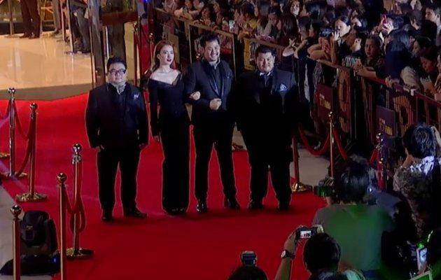 นักแสดง ภาพยนตร์ โอเวอร์ไซด์ ทลายพุง เดินพรมแดง ในงานประกาศผลรางวัล MThai Top Talk-About 2017