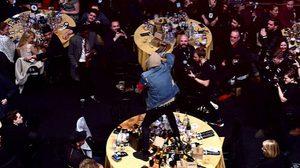 คลิปเปิดศึก!! นักร้องนำ Bring Me The Horizon ปีนพังโต๊ะ Coldplay