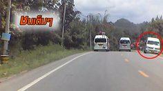 นาทีอุบัติเหตุรถตู้เสียหลัก ข้ามเลนชนรถอีกคันจนพลิกคว่ำ