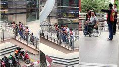 ชื่นชม! กลุ่มวินมอเตอร์ไซค์ ช่วยยกวีลแชร์ผู้พิการ ขึ้นบันไดสะพานลอย