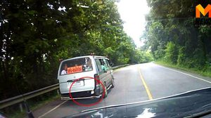 ลำปางดังอีกครั้ง!! รถตู้รับส่งนักเรียนอัดแน่น ปล่อยเด็กนั่งห้อยขา