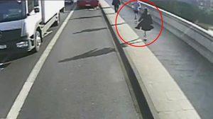 หนุ่มนักวิ่งแสบ ผลักสาวตกถนนที่อังกฤษ คาดไม่พอใจเดินขวางทาง