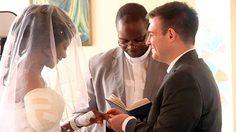 โคตรสตรอง ! เจ้าสาวถูกจระเข้กัดแขนขาด แต่ยังเข้าพิธีแต่งงานทั้งผ้าพันแผล