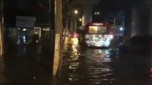 ฝนถล่มกรุง ! สำโรง-ปู่เจ้า อ่วมน้ำท่วมขังสูงรถจอดเสียเพียบ