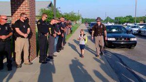 ซึ้งใจ! ตำรวจ 70 นายร่วมส่งเด็กชายไปโรงเรียน หลังพ่อถูกคนร้ายยิงตาย