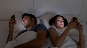ผลการวิจัยล่าสุดเผย การเล่นมือถือบนเตียง ทำให้คนเรา มีเซ็กส์น้อยลง