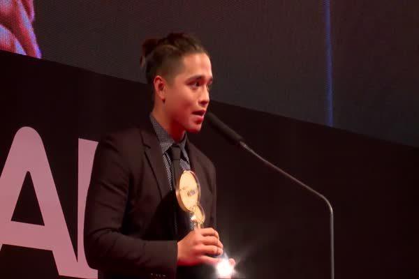 อเล็กซ์ เรนเดล รับรางวัล Top Talk-about Guy