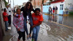 ไล่ออก นักข่าวสาว ให้ชาวบ้านอุ้มขณะรายงานข่าวน้ำท่วม