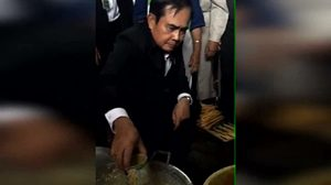 ชาวปากพนังสุดประทับใจ ส่งเสียงเชียร์ดังสนั่น หลัง นายกฯ โชว์ทำขนมลา