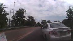 คลิปแฉ! เก๋งขับรถปาดแทรกขวา ทำเกิดอุบัติเหตุเฉี่ยวชน