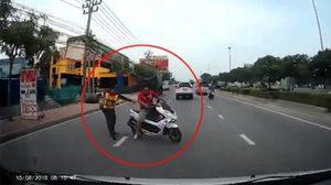 รุมสับหนุ่มมักง่ายทำผิด ขี่รถหนีตร. จนทำเกิดอุบัติเหตุมีคนเจ็บ
