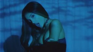 Ariana Grande อวดอึ๋มเต็มอิ่ม ในเอ็มวี Dangerous Woman