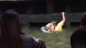 ฮีโร่ตัวจริง! หนุ่มโดดคลองแสนแสบ ช่วยสุนัขแก่พลัดตกน้ำ