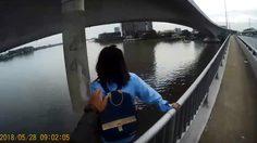 นาทีชีวิต!! คลิปสายตรวจช่วยชีวิตสาวจะกระโดดสะพานพระนั่งเกล้า