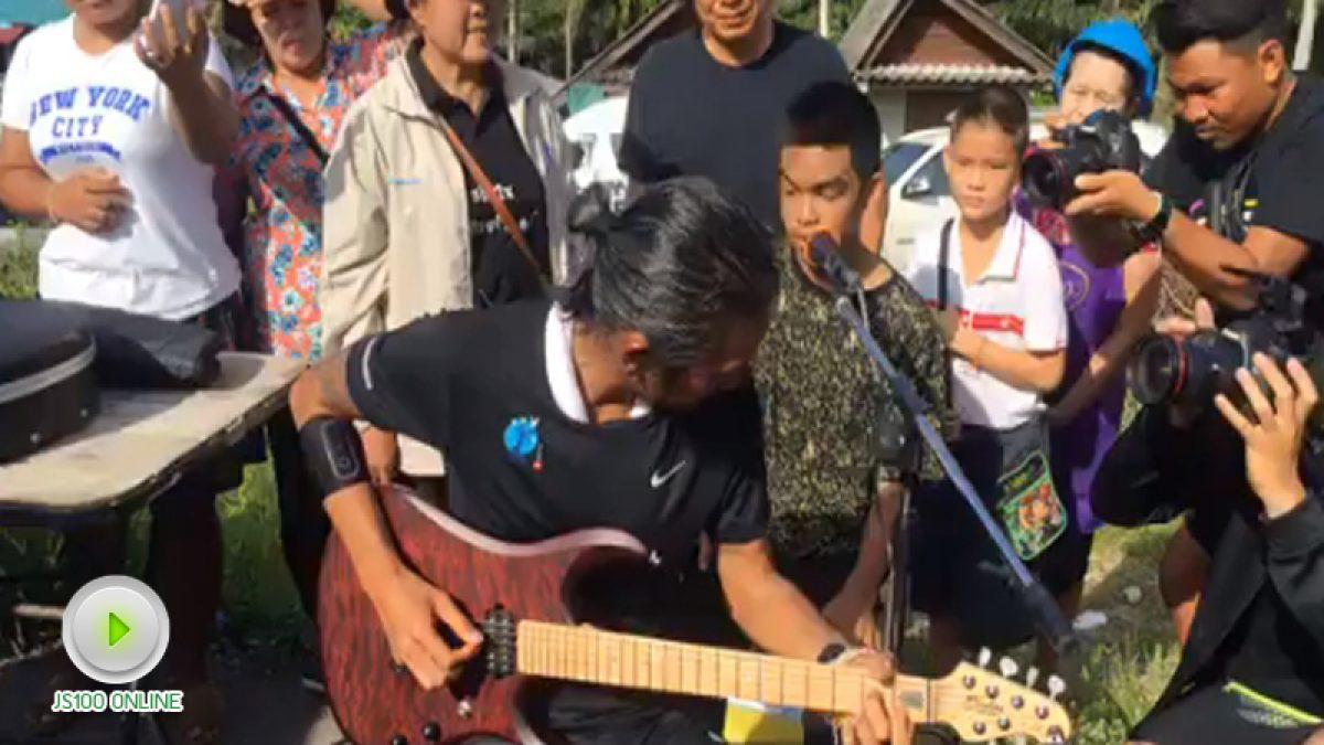 พี่ตูนร้องเพลงให้แฟนๆฟัง ที่หลังสวน (จ.ชุมพร 19-11-2560)