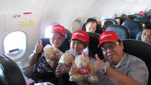 passengers-receives-lovely-gifts-on-the-inaugural-flight-from-bangkok-to-hai-phong