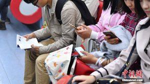 จีนงัดวิธี จัดแฟลชม็อบวัยรุ่นในรถไฟใต้ดิน กระตุ้นให้คนรักการอ่าน