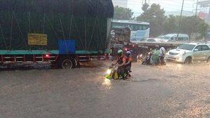 น้ำท่วมขังทั่วเมืองโคราช ถนนมิตรภาพหน้าตลาดเซฟวันท่วมหนักสุด