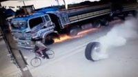 สุดระทึก! รถพ่วงล้อหลุด หนุ่มปั่นจักรยานหวิดโดนลูกหลง