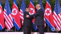 ภาพนี้ต้องจารึก โดนัลด์ ทรัมป์ –  คิม จองอึน จับมือทักทาย ก่อนประชุมซัมมิตร่วมกัน