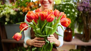 10 วิธี ยืดอายุ ดอกไม้สด ให้สวยทน ตั้งโชว์ในบ้าน ได้นานขึ้น