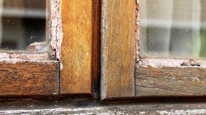 บานหน้าต่างฝืด เปิด – ปิดยาก จากเนื้อไม้บวม แก้ได้ ทำแล้วเปิดได้แน่นอน!
