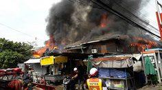 ไฟไหม้บ้านพักรถไฟย่านจตุจักร เสียหายนับ 10 หลัง