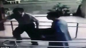 ชายชาวไต้หวันเดินถือถุงดำที่ใส่ศพลูกลูกสาววัยหนึ่งเดือน เข้ามอบตัวกับ ตำรวจ บนโรงพัก