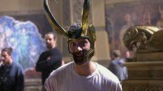 ไทกา ไวติติ ใส่หมวกของโลกิ ในคลิปเบื้องหลังการถ่ายทำ Thor: Ragnarok