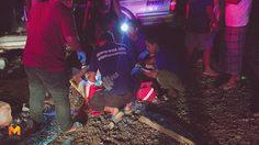 หวิดสิ้นชื่อ! ตำรวจเมืองคอน กระบะเสียหลักชนเสาไฟฟ้าหัก ก่อนชนต้นไม้ซ้ำ เจ็บสาหัส