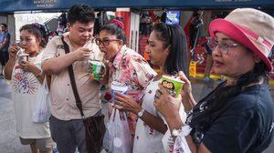แซะแรง! 'เพนกวิน' กินบะหมี่โชว์ ซ้อมอดอาหารรอเลือกตั้ง ประชดเศรษฐกิจไทย