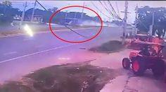คลิป! นาทีกระบะพุ่งตัดหน้ารถบัสนักเรียน จนพลิกคว่ำ เสียชีวิต 6 ราย