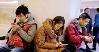 ขาดสมาร์ทโฟน เหมือนขาดใจ ! สาวกไลน์รุ่นใหญ่ดันไทยขึ้นสู่อันดับ 1 ผู้ใช้ไลน์ทั่วโลก