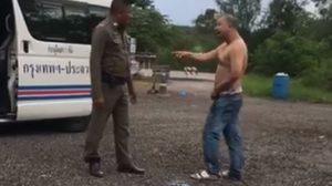 หนุ่มผู้โดยสารรถตู้เมากร่าง อ้างเป็นทหารป่วนตลอดทาง จอดส่งตำรวจท้าวิดพื้น