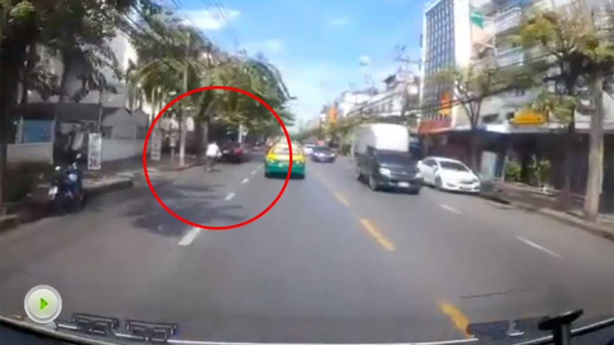 ปั่นจักรยาน ควรระวังไม่ใช่ตัดหน้ารถใครเขาแบบนี้ (24-11-60)