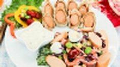 อาหารเช้าด้วย ไส้กรอกโรล กับ สลัดผัก ด้วย ไส้กรอก CP รสใหม่