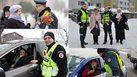 น่ารักดี!! ตำรวจในลิธัวเนียยืนแจก ดอกไม้ ให้ผู้ใช้ถนน เนื่องในวันสตรีสากลที่ผ่านมา