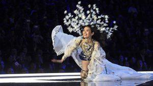 โลกออนไลน์กระหึ่ม ! นางแบบจีนลื่นล้มบนเวที Victoria's Secret ครั้งแรกในประวัติศาสตร์