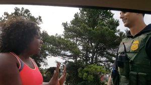 สาวใหญ่หลงเสน่ห์ ตำรวจ หนุ่มรูปหล่อเข้าให้ หลังโดนเรียกให้จอดรถ