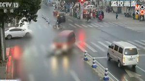 สาวจีนรอดปาฏิหาริย์ หลังรถพุ่งชนขณะข้ามถนนกลางสี่แยก