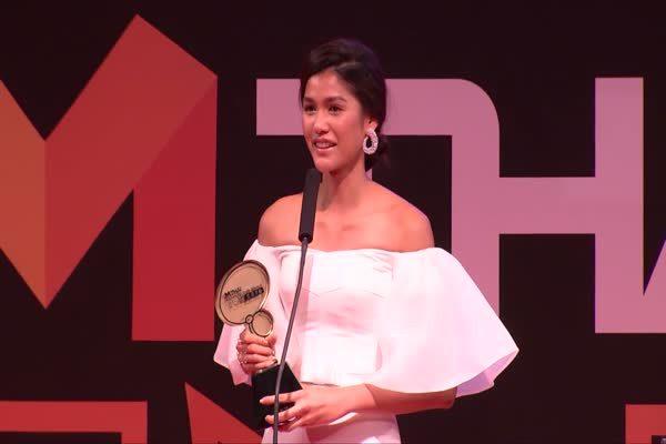 แนท อนิพรณ์ เฉลิมบูรณะวงศ์ รับรางวัล Top talk-about Lady