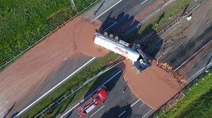 รถบรรทุกคว่ำ นมช็อกโกแลตหนัก 12 ตันทะลักหกกระจายเต็มถนน