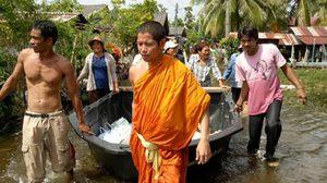 เจ้าอาวาสวัดสีหยัง สงขลาลุยช่วยผู้ประสบภัยน้ำท่วมริมทะเลสาบ