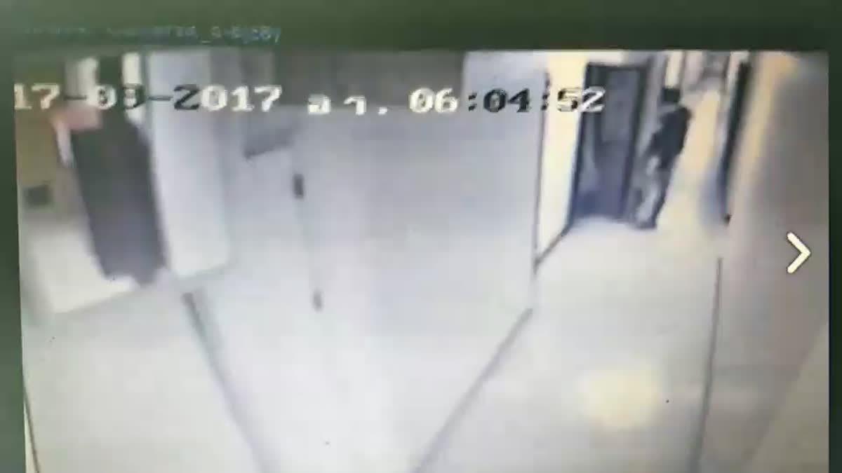 เผยภาพวงจรปิด คนร้ายบุกคอนโดเมืองทอง หวังข่มขืนสาว 15