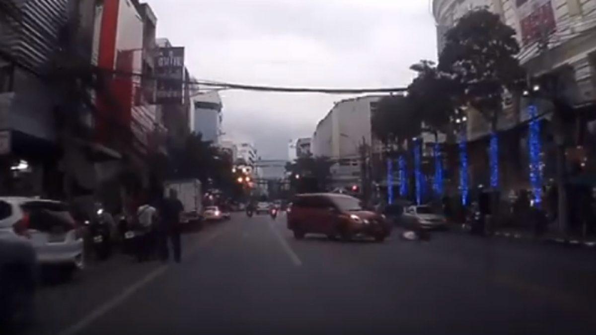 รถเลี้ยวออกมาชนเต็มๆเลยครับ (22-11-60)