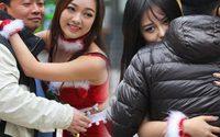 แจกกอดฟรี สาวจีนคืนความสุขให้ประชาชนในวันคริสต์มาส