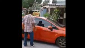 คลิปว่อน หนุ่มขับเก๋งพุ่งชนคู่กรณี หลังถูกท้าให้ลงรถ เจรจาปาดหน้ากัน