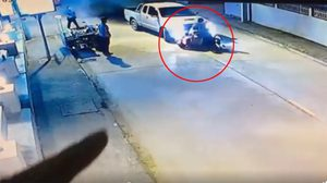 นาทีกระบะพุ่งชนรถจักรยานยนต์ ก่อนลากไปไกลทั้งๆ มีร่างคนขับติดอยู่